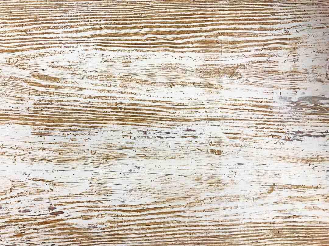 Comment peindre un meuble en pin massif vernis ?